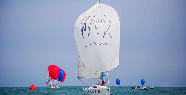 乘风破浪白色帆船